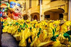 Carnevale di Cento游行浮游物母牛芭蕾舞蹈艺术黄色sunflowe 库存照片