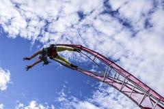 Carnevale di Nizza, battaglia del ` dei fiori Una donna dell'acrobata con il costume del pagliaccio sul fondo del cielo Fotografie Stock Libere da Diritti