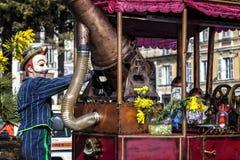 Carnevale di Nizza, battaglia del ` dei fiori Una maschera e una macchina molto speciale Fotografia Stock Libera da Diritti