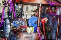 Carnevale di Nizza, battaglia del ` dei fiori Una maschera e una macchina molto speciale Immagine Stock