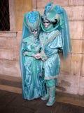 Carnevale: due mascherine, condizione, in costumi del turchese Fotografia Stock Libera da Diritti