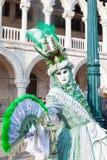 Carnevale Italia di Venezia Donna davanti al palazzo dei doge Fotografia Stock