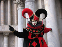 Carnevale: mascherina del burlone davanti alle colonne Immagine Stock Libera da Diritti