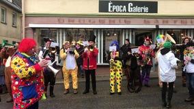 Carnevale tradizionale in Germania del sud - Fastnacht svevo-Alemannic I membri dei gruppi partecipanti stanno eseguendo stock footage