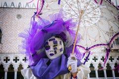 Carnevalmasker in Venetië - Venetiaans Kostuum Stock Afbeelding