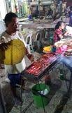 Carni del venditore ambulante di una via di vendita ad un mercato vicino a Oslb in Visayas Filippine immagini stock libere da diritti