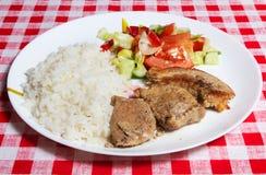 Carni, riso e verdure sulla zolla bianca. Immagini Stock Libere da Diritti