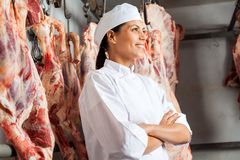 Carniceiro fêmea feliz Standing In Slaughterhouse Fotografia de Stock Royalty Free
