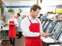 Carniceiro masculino seguro Standing Arms Crossed em Imagens de Stock