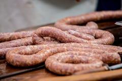 Carniceiro que faz salsichas na fábrica da carne imagens de stock