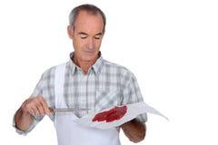Carniceiro que guardara a carne vermelha Fotos de Stock