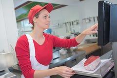 Carniceiros fêmeas no trabalho imagens de stock royalty free