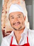 Carnicero confiado Smiling In Butchery Fotografía de archivo libre de regalías