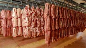 Carnicero Storage con los cerdos que cuelgan en el tejado foto de archivo libre de regalías