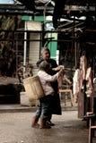 Carnicero y una señora local Fotos de archivo
