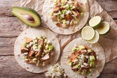 Carnitas-Schweinefleisch mit Zwiebel und Avocado auf Tortillanahaufnahme Horiz lizenzfreie stockfotos