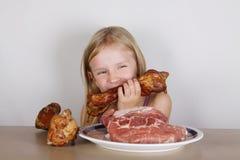 Carnivore keto diety pojęcie - mała blond dziewczyna je surowego mięso obrazy stock