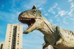 Carnotaurus i Novi Sad Dino Park Royaltyfria Foton