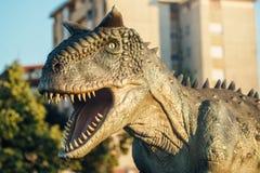 Carnotaurus i Novi Sad Dino Park Royaltyfri Bild