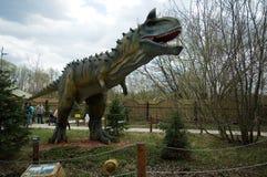 Carnotaurusen i dinosaurie parkerar, Moskva, Ryssland Royaltyfri Bild
