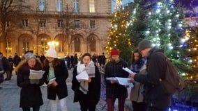 Carolers de la Navidad en Notre Dame Cathedral fotografía de archivo libre de regalías