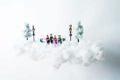 Carolers di Natale che galleggiano su una nuvola di cotone Fotografia Stock