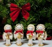 Carolers hechos a mano de los ángeles de la Navidad hechos de las pastas Foto de archivo libre de regalías