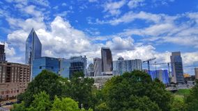Carolina Blue Sky über Charlotte, NC lizenzfreies stockfoto