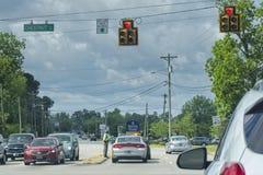 Carolina State Trooper del sur que ayuda al motorista imagen de archivo