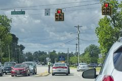 Carolina State Trooper du sud aidant l'automobiliste image stock