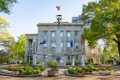 Carolina Veterans Monument norte em Raleigh Capitol Building fotos de stock