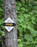 Carolina Wildlife Game Lands Sign du nord signalée sur un arbre photos stock