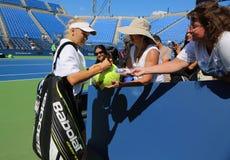 Caroline Wozniacki för yrkesmässig tennisspelare undertecknande autografer efter övning för US Open 2014 Arkivfoton