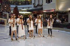 carolling center julmalaysia shopping Royaltyfri Bild