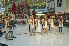 carolling center julmalaysia shopping Royaltyfri Fotografi