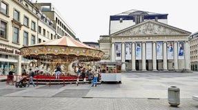 Carosello davanti alla La reale Monnaie del teatro a Bruxelles fotografia stock
