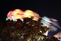 Carosello dell'oscillazione alla notte Fotografie Stock Libere da Diritti