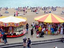 Carosello e venditori sulla spiaggia di Brighton, Sussex, Inghilterra Immagine Stock