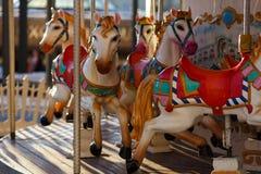 Carosello infantile con i cavalli di lavoro all'aperto Immagini Stock