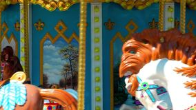 Carosello nel posto di divertimento del campo da giuoco del parco di divertimenti giusto archivi video