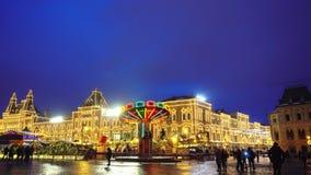 Carosello, quadrato rosso, fiera tradizionale, illuminazioni di Natale e decorazioni video d archivio