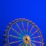 Carosello. Ruota di Ferris su un fondo blu. Fotografia Stock