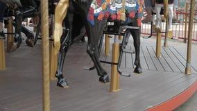 Carosello in un parco di festa Girotondo con i cavalli stock footage