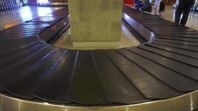 Carosello vuoto di reclamo di bagaglio dell'aeroporto stock footage