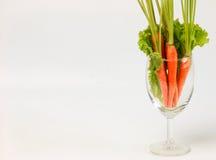 Carota decorativa in un vetro di champagne per il tavolo da pranzo Immagini Stock