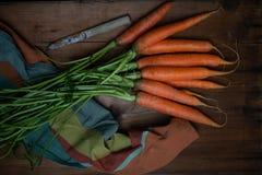 Carota e coltello foreground immagine stock