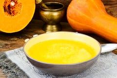 Carota, minestra crema della zucca con l'alimento di dieta dello zafferano Fotografia Stock Libera da Diritti