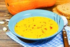 Carota, minestra crema della zucca con l'alimento di dieta dello zafferano Immagini Stock Libere da Diritti