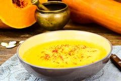 Carota, minestra crema della zucca con l'alimento di dieta dello zafferano Immagini Stock