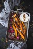 Carote arrostite, ravanelli arrostiti con la spezia di Dukkah e salsa di feta immagini stock libere da diritti